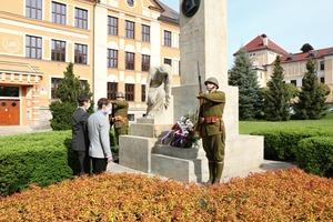 K 75. výročí od ukončení II. světové války položilo vedení města k památníkům padlých květiny